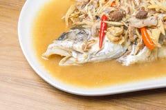 Lo stile cinese ha marinato il pesce cotto a vapore con la cipolla e lo zenzero immagini stock