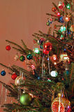 Lo stile del kitsch 70s ha decorato l'albero di Natale Fotografia Stock