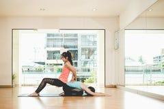 Lo stile di vita delle donne della gente dell'Asia che pratica e che si esercita vitale medita l'yoga nella stanza di classe Fotografia Stock Libera da Diritti