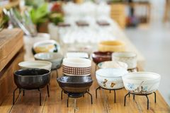Lo stile giapponese ha progettato le terraglie ceramiche della pianta da vaso del gres immagine stock libera da diritti