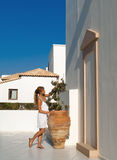 Lo stile greco della donna ammira il amphora verde oliva Immagine Stock