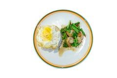 Lo stile tailandese mescola il gamberetto piccante fritto con basilico santo tailandese e le lenticchie su fondo bianco, fuoco se immagine stock