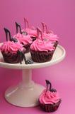 Lo stiletto femminile del tacco alto calza i bigné rossi rosa e neri decorati del velluto - verticale. Fotografie Stock