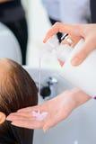 Lo stilista è occupato con i capelli di lavaggio Fotografia Stock