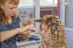 Lo stilista di capelli fa la sposa prima di nozze Fotografia Stock