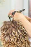 Lo stilista di capelli fa la sposa prima di nozze Immagine Stock