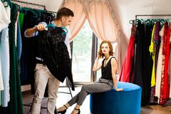 Lo stilista mostra la sua nuova raccolta al cliente fotografia stock libera da diritti