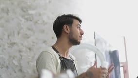Lo stilista turco del parrucchiere spiega agli ascoltatori come tingere correttamente i capelli stock footage