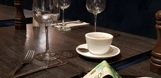 Lo stipendio sopra ha servito la tavola in ristorante immagine stock