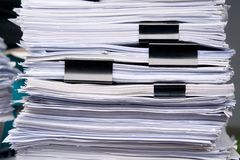 Lo stoccaggio della pila di carta di molti documenta lo strato in ufficio Immagine Stock Libera da Diritti