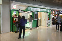 Lo straniero dei viaggiatori e della gente tailandese fa un ritiro da contanti Fotografia Stock