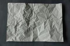 lo strato di bianco ha sgualcito la carta su fondo grigio Immagine Stock Libera da Diritti