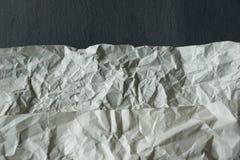 lo strato di bianco ha sgualcito la carta su fondo grigio Fotografia Stock
