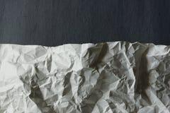lo strato di bianco ha sgualcito la carta su fondo grigio Fotografia Stock Libera da Diritti