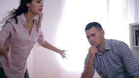 Lo stress emotivo, uomo misero soffre dal grido isterico della donna aggressiva durante la psicosi con aggressivo video d archivio