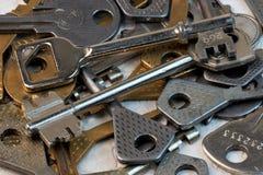 Lo strumento chiave alle serrature aperte immagini stock libere da diritti