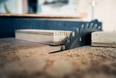 Lo strumento del carpentiere con la Tabella elettronica ha visto Fotografie Stock Libere da Diritti