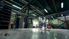 Lo strumento industriale funziona con le parti di metallo ad una fabbrica video d archivio
