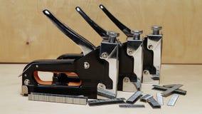 Lo strumento - meccanico manuale della cucitrice meccanica - per il lavoro di riparazione nella casa e su mobilia e sui sostegni stock footage
