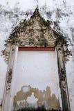 Lo stucco tailandese di arte dell'isolato della struttura della finestra con colore bianco immagine stock