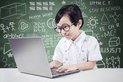 Lo studente abile utilizza il computer portatile in aula Fotografia Stock Libera da Diritti