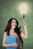 Lo studente adolescente con la lampadina ottiene un'idea Immagine Stock Libera da Diritti