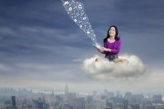 Lo studente adolescente utilizza la compressa sulla nuvola Fotografie Stock