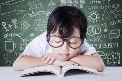 Lo studente adorabile gode del libro di lettura Fotografia Stock Libera da Diritti