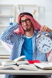 Lo studente arabo che prepara per gli esami dell'università Immagini Stock Libere da Diritti