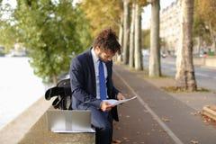 Lo studente arabo che prepara prima degli esami si avvicina alla torre Eiffel con La Fotografie Stock