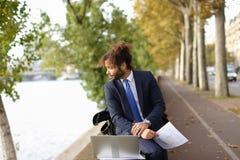 Lo studente arabo che prepara prima degli esami si avvicina alla torre Eiffel con La Immagine Stock Libera da Diritti