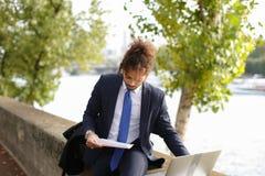 Lo studente arabo che prepara prima degli esami si avvicina alla torre Eiffel con La Fotografia Stock Libera da Diritti