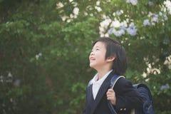 Lo studente asiatico con lo zaino cerca Immagini Stock Libere da Diritti