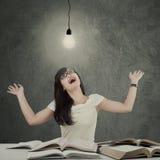 Lo studente astuto con la lampada sembra felice Fotografie Stock Libere da Diritti