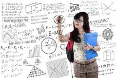 Lo studente astuto scrive la formula Immagini Stock