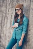 Lo studente attraente della ragazza è muro di cemento vicino diritto fuori Fotografia Stock Libera da Diritti