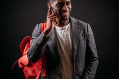 Lo studente bello di afro sta ascoltando la radio con le cuffie Fotografie Stock Libere da Diritti