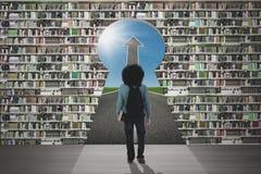 Lo studente cammina attraverso lo scaffale per libri ed il buco della serratura Fotografia Stock