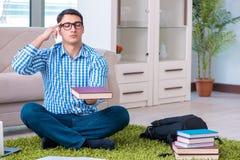 Lo studente che medita e che prepara per gli esami dell'università Fotografia Stock