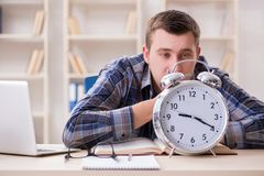 Lo studente che ottiene tardi con la preparazione dell'esame Fotografia Stock Libera da Diritti