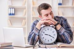 Lo studente che ottiene tardi con la preparazione dell'esame Fotografie Stock