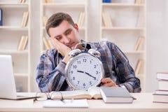 Lo studente che ottiene tardi con la preparazione dell'esame Immagini Stock