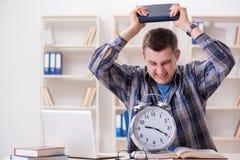 Lo studente che ottiene tardi con la preparazione dell'esame Immagini Stock Libere da Diritti