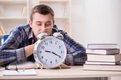 Lo studente che ottiene tardi con la preparazione dell'esame Fotografia Stock