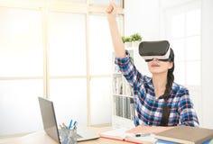 Lo studente che per mezzo del computer collega l'e-learning Fotografie Stock