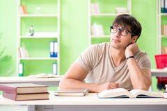Lo studente che prepara per gli esami dell'università Fotografie Stock Libere da Diritti
