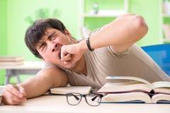 Lo studente che prepara per gli esami dell'università Immagine Stock Libera da Diritti