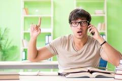 Lo studente che prepara per gli esami dell'università Fotografia Stock Libera da Diritti