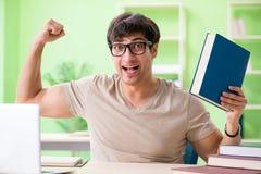Lo studente che prepara per gli esami dell'università Fotografie Stock