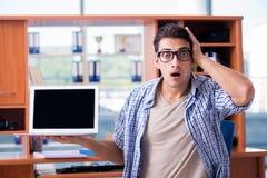 Lo studente che studia a casa preparazione per l'esame Fotografia Stock